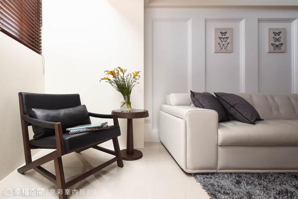 纯白的口字框线板,于沙发背后创造序列感受的古典造型;窗前的采光角落,简约款的皮革沙发,与木百叶运用,悄悄预告了挑高以上的北欧风格转折。