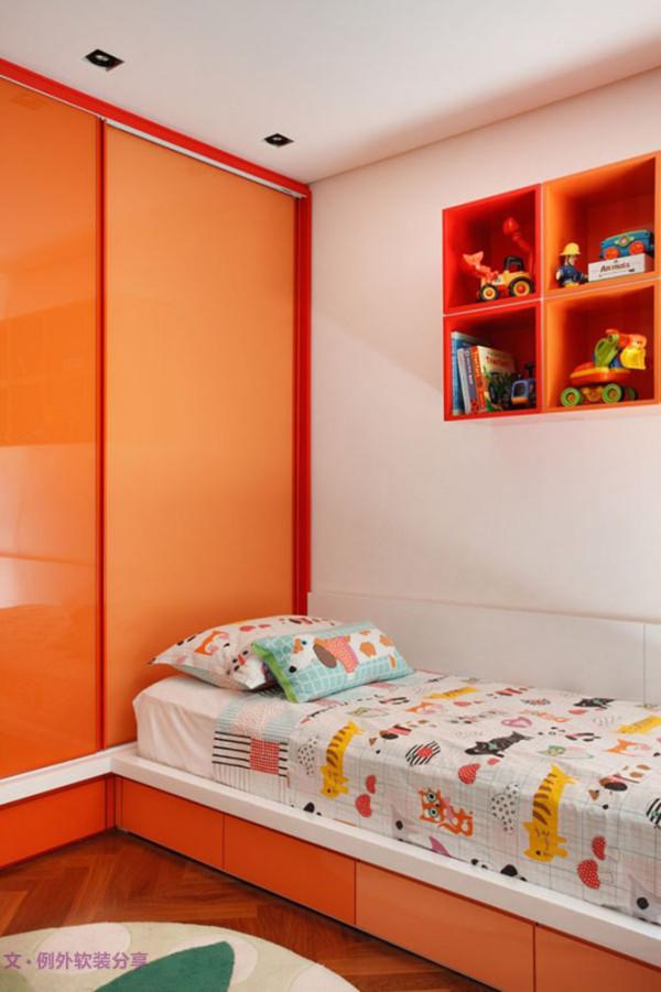 两间儿童房主题鲜明,一个选取蓝绿色系,巴斯光年的玩具显示这是个男孩房;而另外一件以橙黄为主色调,可爱的动物花纹床品适合女孩的喜好。