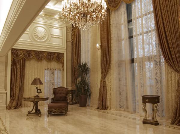 会客厅竖起两根豪华的罗马柱,室内则有真正的壁炉或假的壁炉造型。墙面用壁纸和选用优质乳胶漆,以烘托豪华效果。地面材料以石材或地板为主。