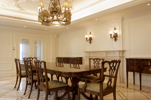欧式风格强调以华丽的装饰、浓烈的色彩、精美的造型达到雍容华贵的装饰效果。欧式客厅顶部用大型灯池和华丽的枝形吊灯营造气氛。门窗上半部做成圆弧形,并用带有花纹的石膏线勾边。
