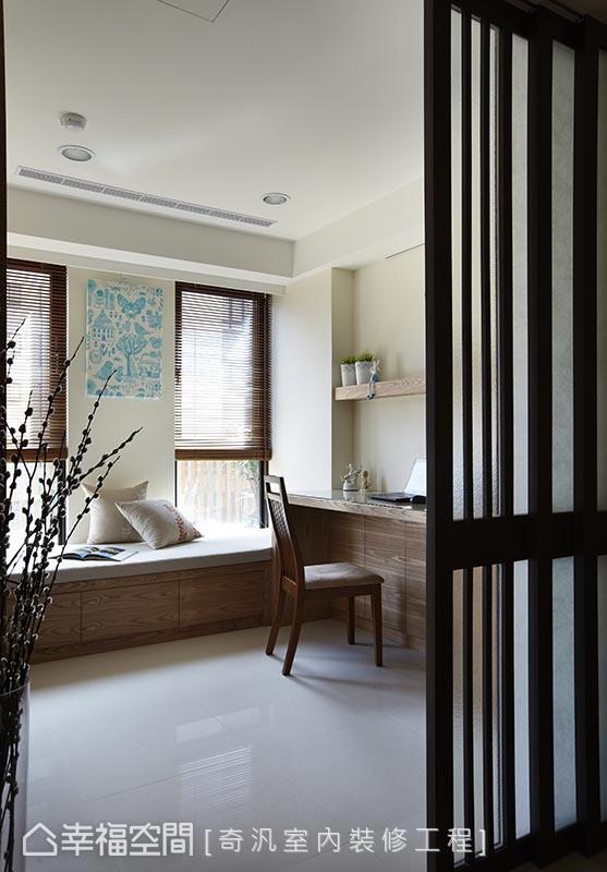 纳入使用频率与生活习惯,奇泛室内装修工程于平面配置之初,即将部分客厅空间挪移至书房场域,打造出宽适的休闲场景。
