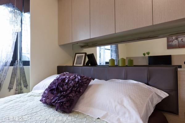 梁下空间规划为浅收纳柜,为女主人收纳睡前读物、随手置物的空间,柜面上绷以皮革作为柔软的床头倚靠。