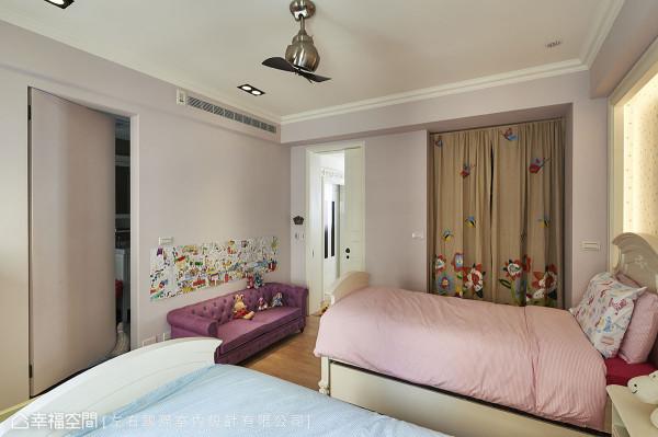 粉嫩缤纷的女孩房里,安排美国代理进口的床组与古典线条沙发,织构小女孩的做梦天堂。
