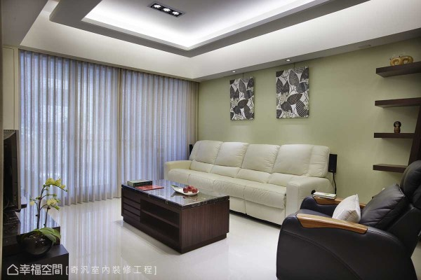舍弃喧嚣的装饰,背墙处简单的色调搭以层板,多元满足空间美学与展示概念。