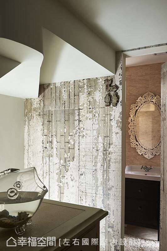 客卫浴门片隐藏在纹理斑驳的法国进口壁纸线条里,设计师另配置逗趣造型标志,增添趣味性。