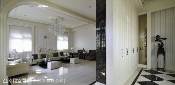 深色石材由侧向揭序客厅段落的开展,客厅沙发座向转移至采光前,将近8米的宽幅使空间磅礡而大器。