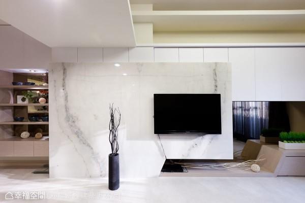 空间中份量厚重的主体,设计者利用石材包覆,转为大器厚实的质感表现,不对称的造型,于镜面虚实之间,拥有轻盈活泼的层次。