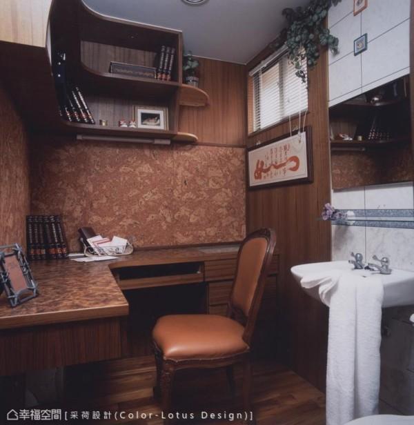 考虑屋主一家人的生活惯性,设计师将其中一套卫浴大致退除,仅仅留下面盆,其余空间改作书房工作室之用。