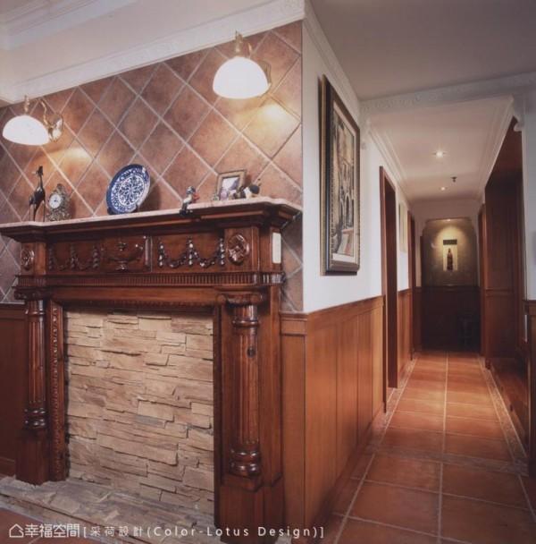 格局中的狭长廊道,设计师选以英式腰板铺陈描绘,行进之间感受着越趋浓郁的风格质韵。