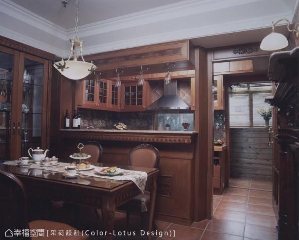 将屋主过往旅居国外的生活经验,完整移植表现开放弹性的餐厨关系。