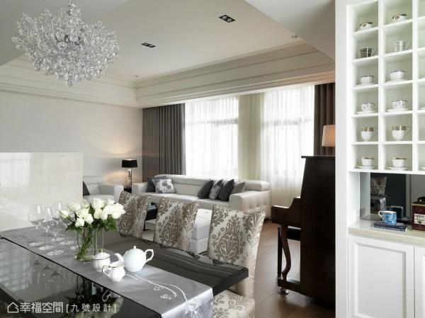 带有古典意涵的水晶灯与餐椅包布,透露出优雅细腻的质感品味。