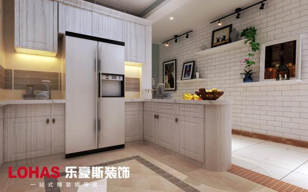 这里是开放式厨房的设计,整个厨房用橱柜将冷藏柜镶嵌其中,整体的橱柜选用白色木纹,给人一种自然的亲近感。