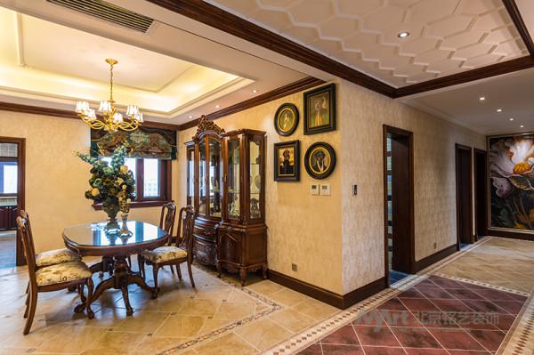 适当的融入了美式休闲元素,把一些细节粗犷化,例如不规则的仿古砖,马赛克形式的端景,实木漆面的顶线,铜质的灯饰,怀旧的壁纸,都成为了体现空间细节的语言