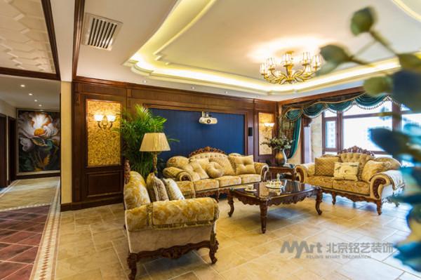 客厅空间的弧线吊顶,使空间更为柔和,选用欧式韵味的家具与配饰,沉淀了空间的氛围,从而也提升了空间的格调。