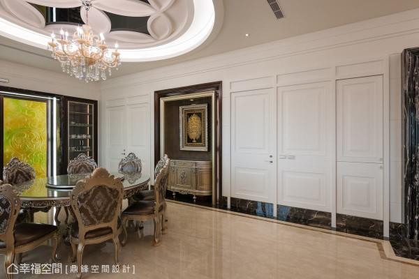 以古典造型门整合储藏柜与卧房入口,加上滚边的石材及踢脚板,使空间更为完整大器。