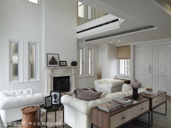 三面向家私围塑、成形的客厅,化除背墙制式体态,以低视角开阔诠释空间尺度。