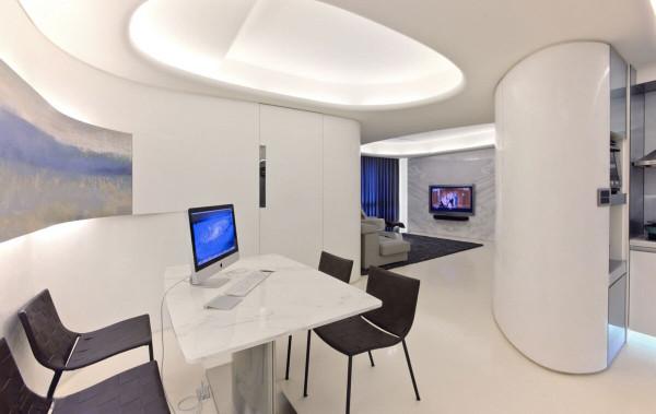 延伸的曲线壁面内别有洞天,以金属门把点出内藏的卧室空间,右方的半圆柜体则是厨房的电器柜。