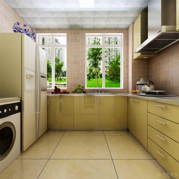 厨房柜体采用黄色烤漆材质,加以搭配墙砖,采用双开门冰箱。卧室铺强化复合地板,主卧室床头贴壁纸。