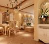 客厅的装饰延伸到餐厅,同样采用了同花色的布艺。并且在餐桌墙面背景墙上,用一幅形象生动的画作,营造一种朴实的田园风格。