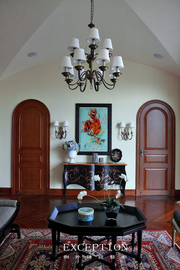 古朴大气的铁艺灯   在美式风格的软装设计中,古朴大气的铁艺灯是不可或缺的,无论是古典的壁灯亦或是落地灯,搭配在美式软装中无疑会显得高雅特别。