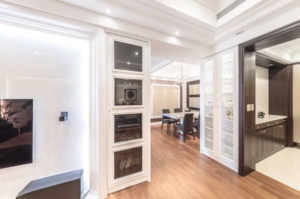线板于展示柜上的堆叠,是空间中奢华的描边,于电视主墙与玄关两侧框绘着屋主收藏。