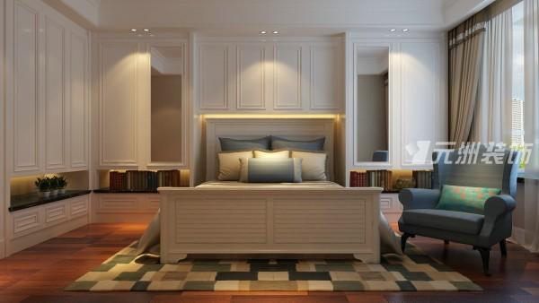 次卧室主要以整个家的储存功能为主,做了一些储存柜,在设计中,通过形体的改变让满墙的柜子不堵反而层次有序。