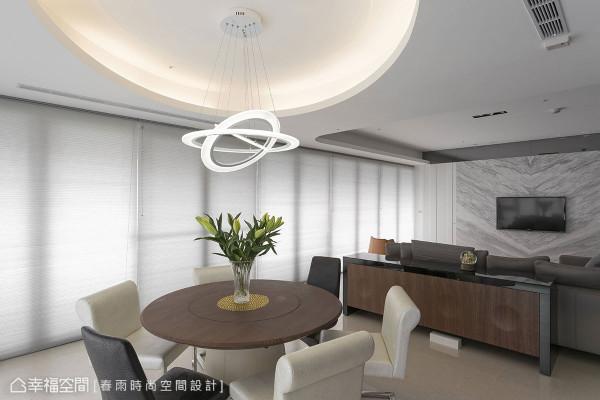 弧形天花间照设计,结合前卫利落的主灯线条,共构空间的美感与趣味性。