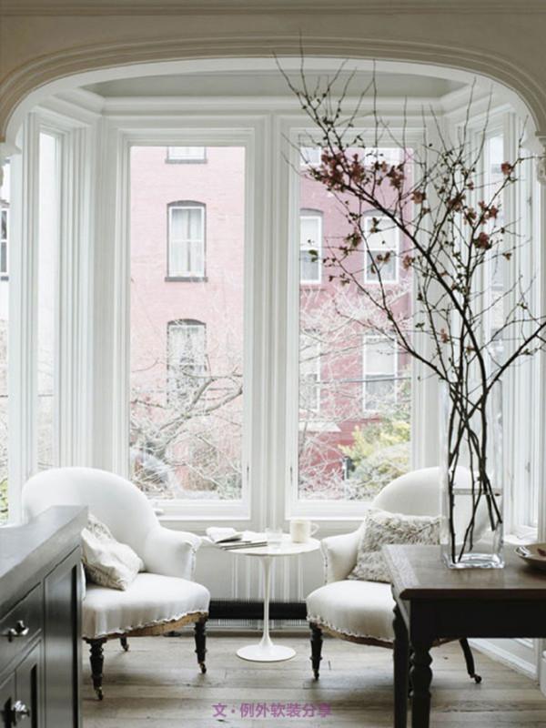 拥有一个一整层的主人房,高级酒窖,还有一个优雅的种满茱萸的后花园,室内设计是典型的布鲁克林浪漫风格,美轮美奂。