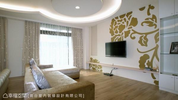 统一着公领域新古典主轴,金色卡典西德贴纸带出睡眠区电视主墙,沙发设定划出自由的休憩区块。