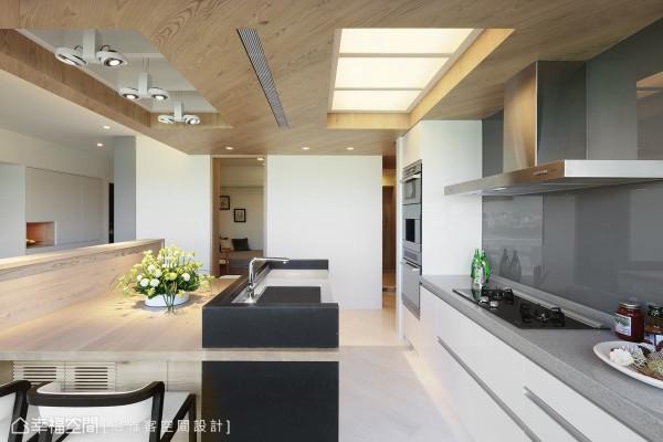 中岛、餐桌、流理台的串联,设计师陈彦廷将机柜整合于餐桌下方,管线预留与格栅设计更显利落。