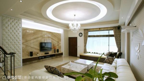在简单中寻求一份恰到好处的变化,是业主对于风格的期待,雕花板与水晶灯的局部添入,现代与古典有了平衡之美。