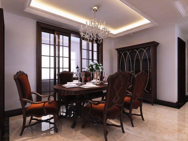 新古典风格从简单到复杂,从整体到局部,精雕细琢,镶花可进都给人一丝不苟的印象。客厅选择六人餐桌和水晶吊灯,简单大方又不失奢华。