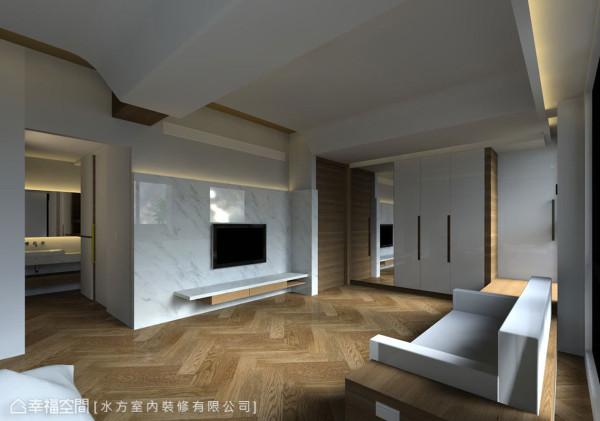 具有完整视听机能的起居空间一侧立面,以镜面处理部份收纳,右方窗前卧榻侧门扇可通往客厅的书房,创造灵活的机能运用,与虚实间的空间感延伸
