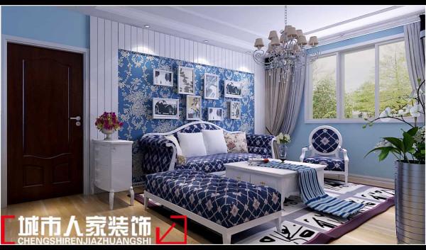客厅色彩基调以蓝色和白色为主,显得幽静而素雅。与暖黄色的木地板相呼应,冷、暖调巧妙的结合在一起,搭配的相得益彰,天衣无缝。带有图案的地毯,显得调皮、可爱,活跃了宁静的气氛,增添了生活的色彩