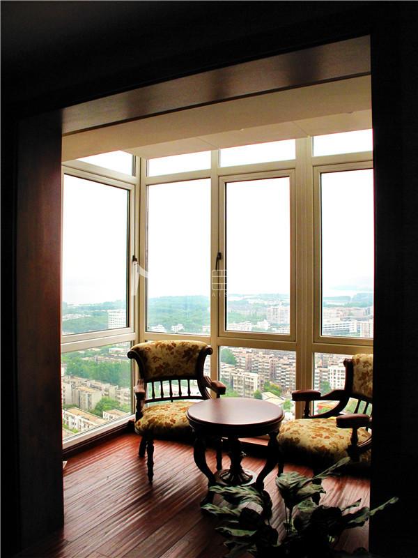 本案采用现代简美风格,强调采用有力的线条,让家具自然、美观、工艺上乘,装饰上延续古典美式的温馨浪漫、自在随意,从而达到实用与唯美的结合。
