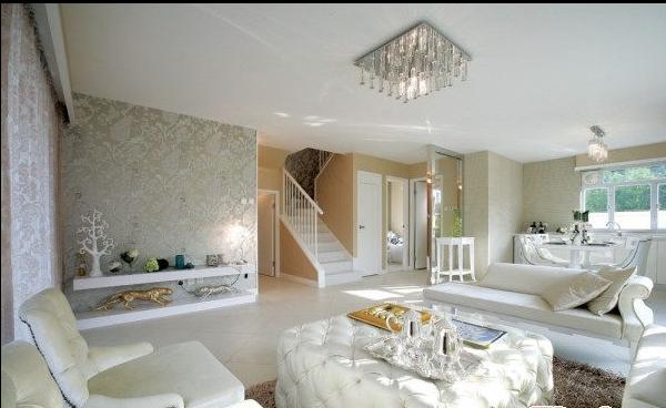 在室内设计中大量地运用白色时,空间和光线是白色家居的设计重点因素,室内装饰选材时,墙面和天花板一般均为白色材料,或在白色中带有隐隐约约的色彩倾向。