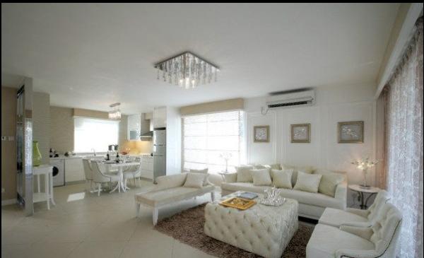 在整体空间中,白色占据绝对面积才能称为白色家居。家居中地面色彩一般不受白色的限制,往往采用淡雅的自然材质或使用浅色调的地毯,也有使用一块色彩丰富、几何图案的装饰地毯来分割大面积的地板