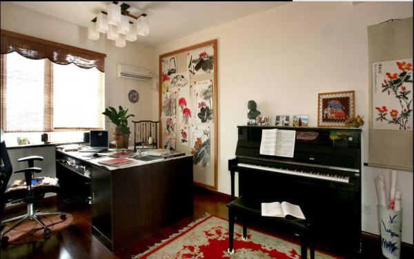 书房是主人挥舞画笔的地方。水墨画的柔美与舒展自然而然的成为了这一空间的点缀。钢琴的引入似乎有点不合时宜。中式的冲淡与西式的刚毅有了直接对话的可能。这样的搭配是否也让你怦然心动呢?