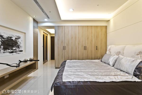 设计师使用低甲醛的系统衣柜,除了满足屋主的收纳需求之外,更替家人健康严格把关。