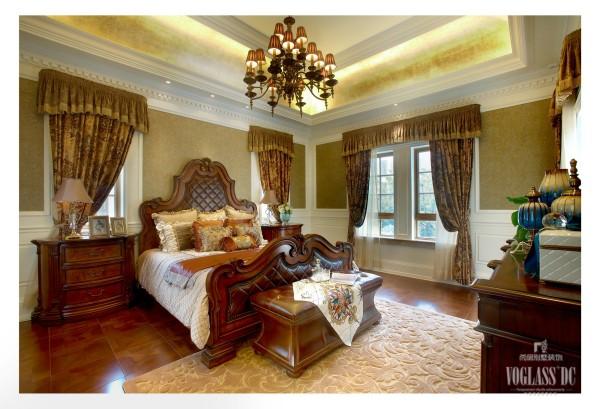 主卧室的风格延续了这套方案整体的设计思路,传统美式风格的高贵大气又不落于庸俗。床头两侧的窄窗是典型的美式风格,不需要做过多的装饰就可以完美的诠释出这一风格的特点。