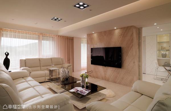 双动线设计的电视墙,后方是多功能书房,流畅出入动线之余,也贯连内外展现通透敞亮。