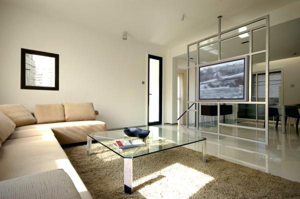 客厅、餐厅、门厅交界处的屏风是旋转的,成为空间中的装置艺术