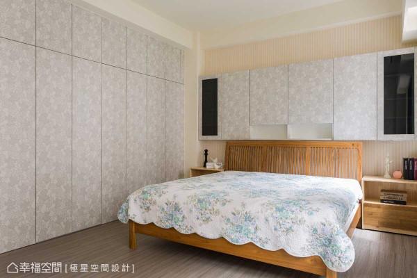 呼应床头语汇,睡眠区旁以连续性的系统柜门片收拢更衣间与卫浴动线,以及衣物收纳机能。