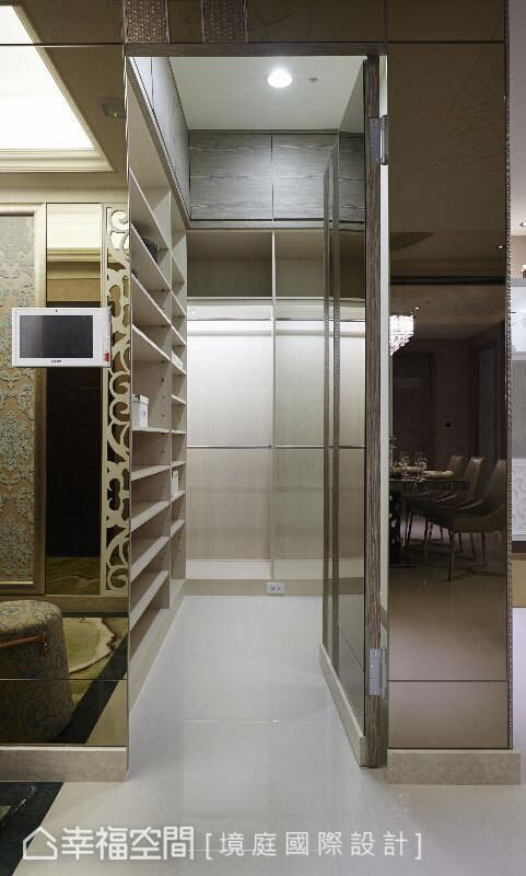 境庭国际设计调拨原本大客厅的一部分空间,在客厅与玄关之间规划了大型衣鞋置物间,增加空间收纳量。