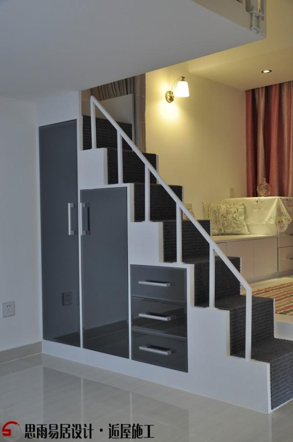 互应空间色彩主题,以黑白为主色调,用红色来点缀空间品位。所以我们把这里的楼梯柜门全部设计成了灰镜,互应了整体空间色调。还有业主从淘宝里找到这块灰毯,这种黑白相间,你看着心动吗?