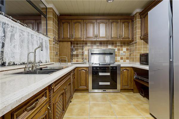 厨房采用了L型的橱柜,空间显得很大,操作余地很足。