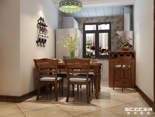 餐厅亮色的墙体搭配木质家居,体现欧式田园的浪漫气息。