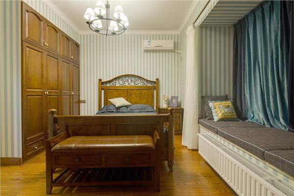 侧卧可以用作客房,一旁的榻榻米在人多的时候就能派上用场了。