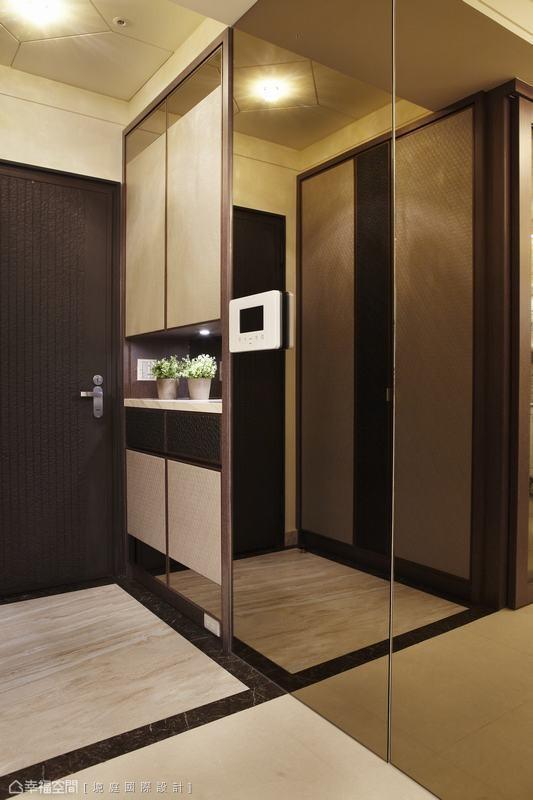 原规划玄关较小、收纳空间不足易产生空间的压迫,因此境庭设计将厨房空间纳入,创造出鞋柜机能收纳量,而尺度的拉长也加深了玄关大器质感