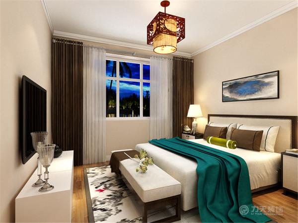 卧室整体的颜色设为暖色调,进入给人一种很温暖的感觉。